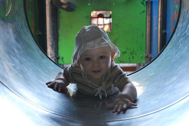 miminko, lezení, válec