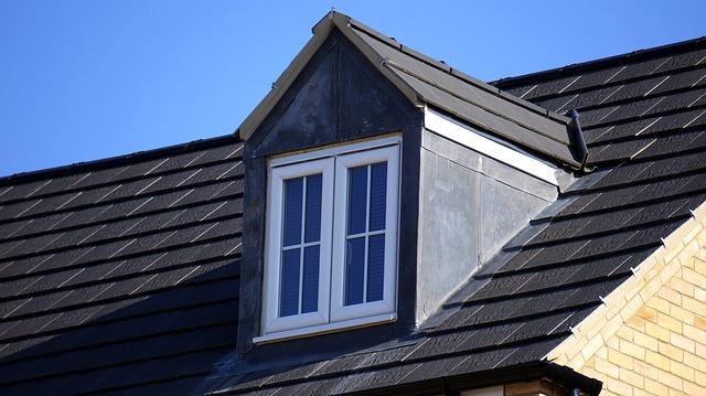tmavá střecha, bílé střešní okno