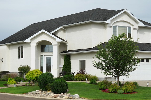 bílý dům, tmavá střecha, upravená zahrada