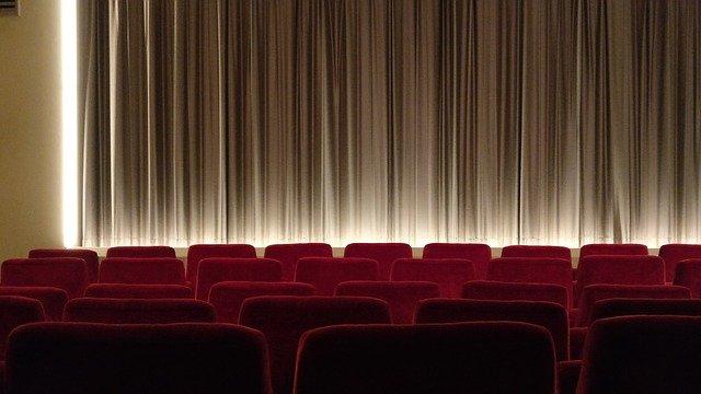 osvětlený kinosál