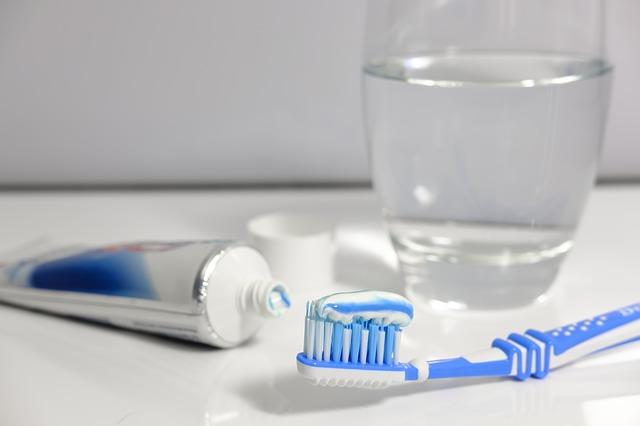 zubní pasta, zubní kartáček a voda.jpg
