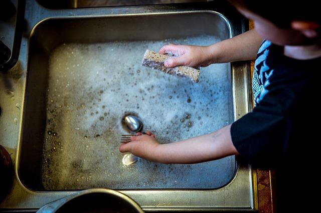 dítě při mytí nádobí.jpg