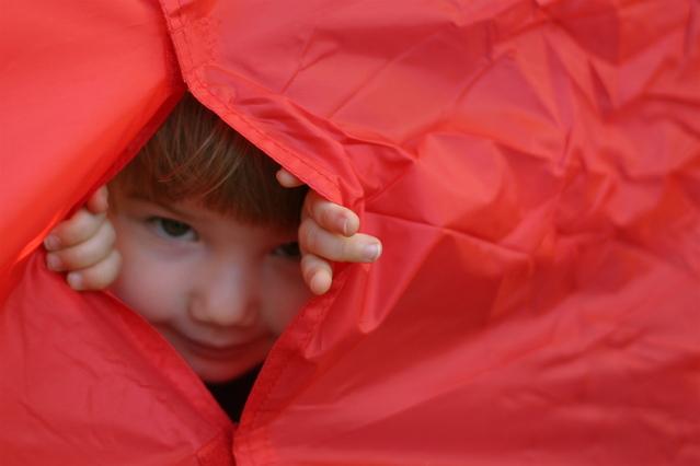 dítě, které vykukuje ze stanu